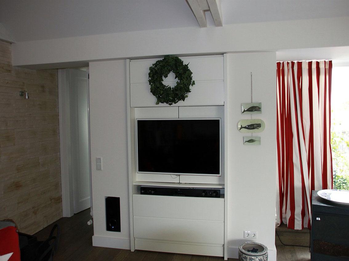 Fernsehschrank mit geöffneter Schiebefront