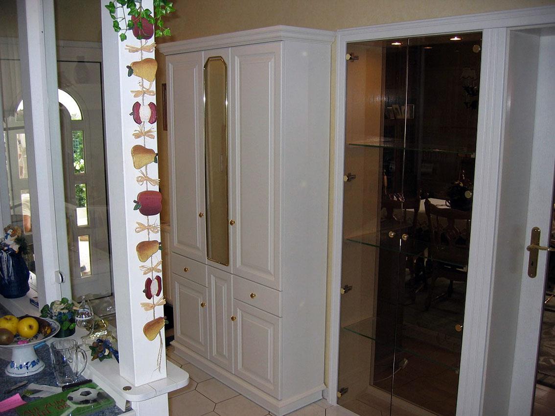 Flurschrank und in Zarge integrierte Glasvitrine
