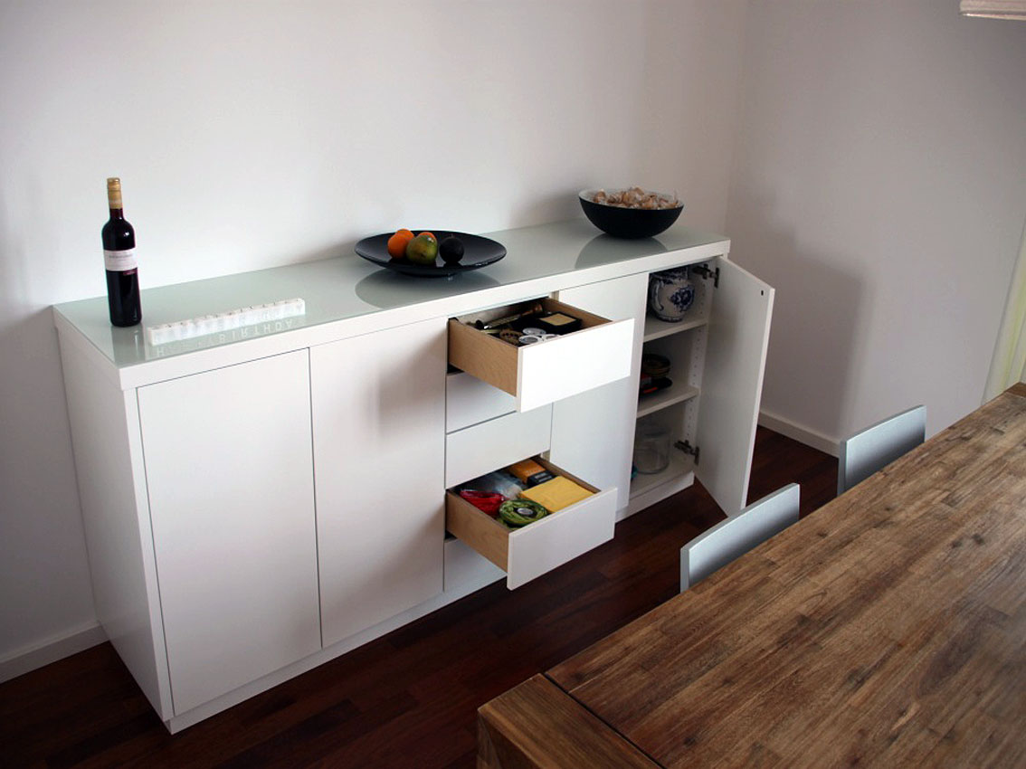 Sidebord mit Schubladen und Türen