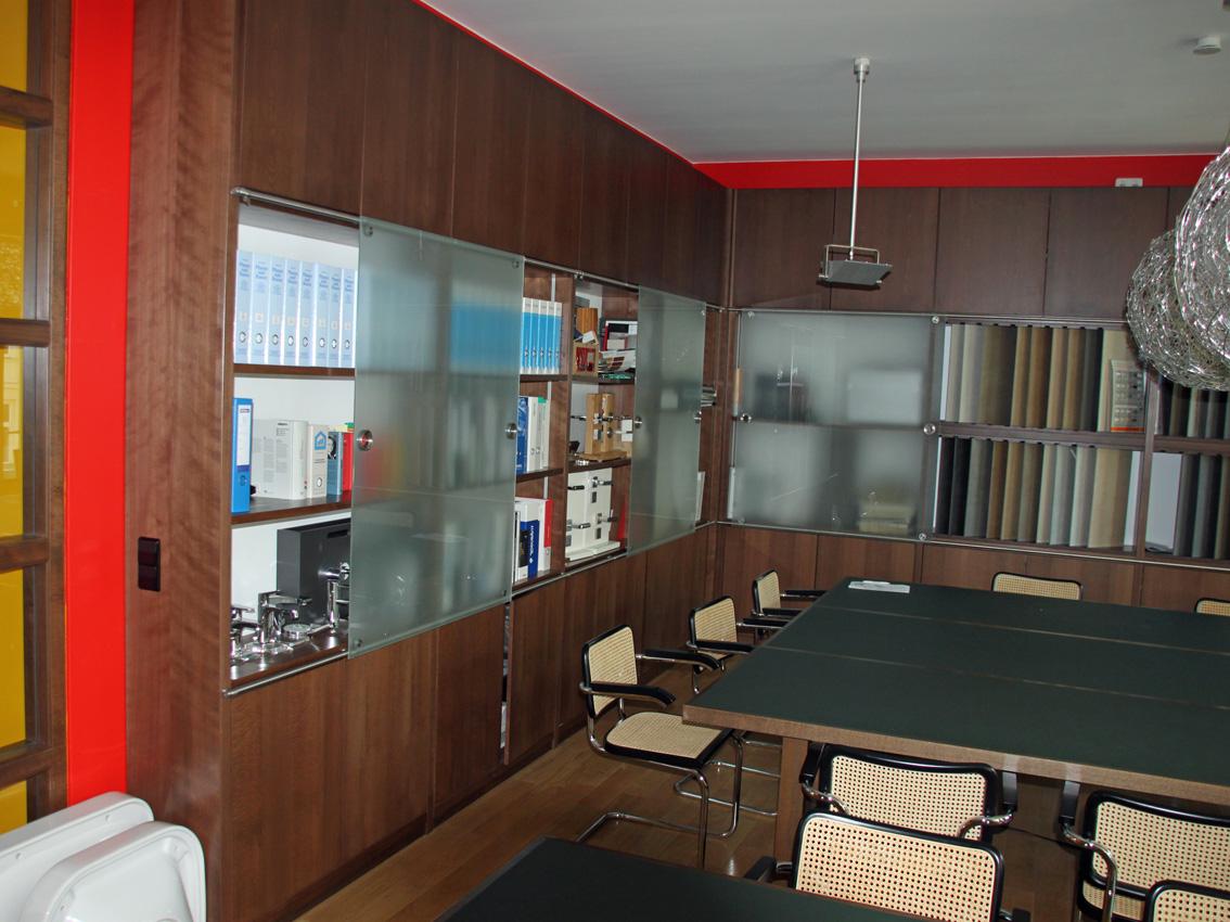 Tisch und Schränke im Beratungsraum
