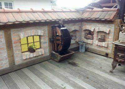 Fachwerk aus Eiche als Sichtschutz für eine Sitzecke - Wasserrad aus thermo Akazie auf alter Kreissägenwelle