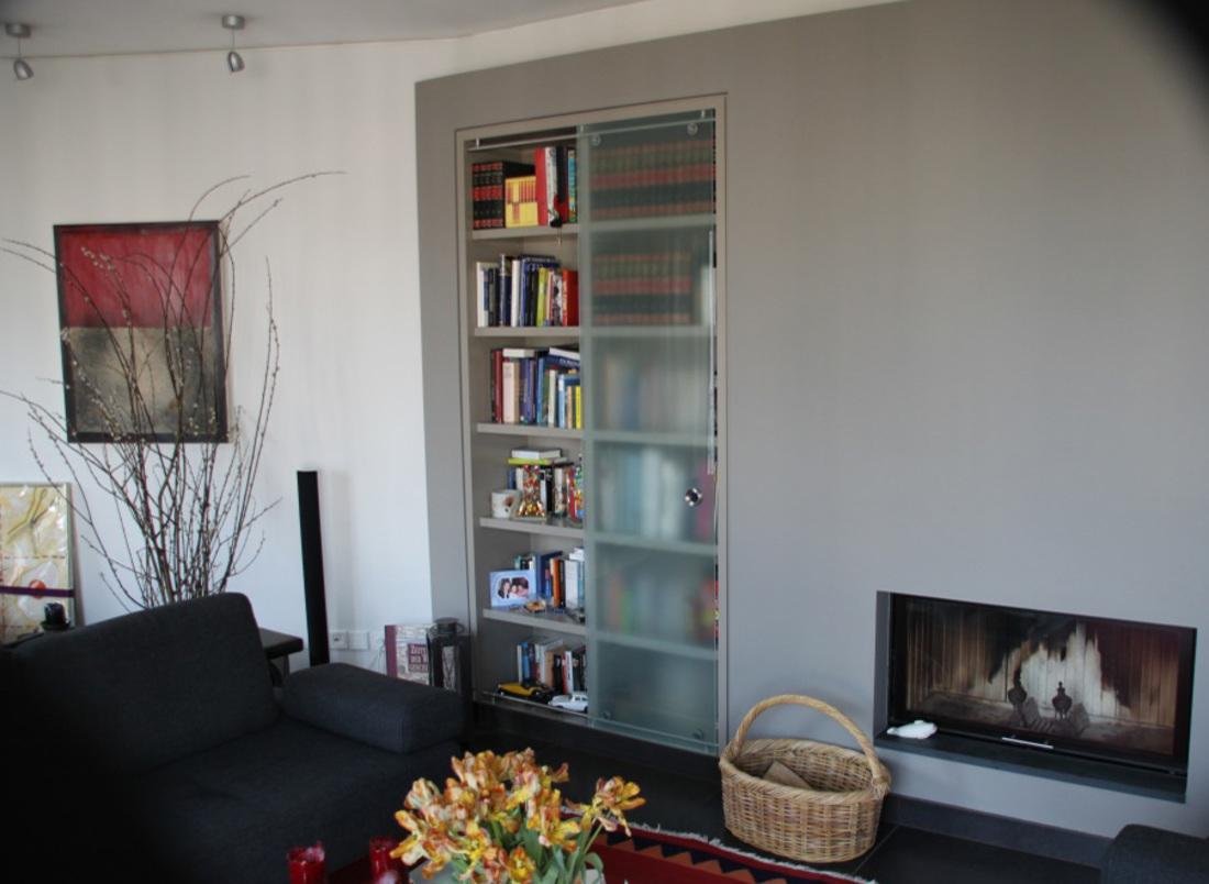 Regal Wand bündig montiert mit Schattenfuge - nach Kundenwunsch lackiert mit satinierter Schiebetür Nr 1